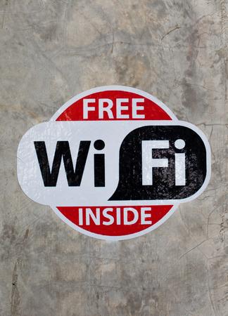 Free wifi sign on the wall. Standard-Bild