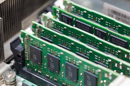 Installatie van RAM-geheugen op de computer.