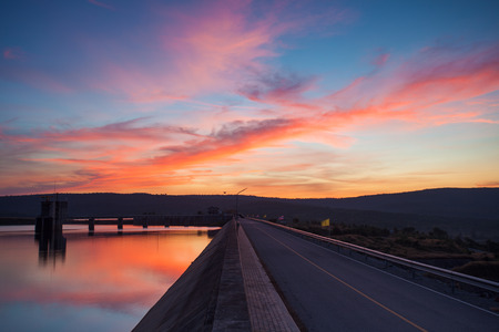 Zonsondergang over dam. Stockfoto