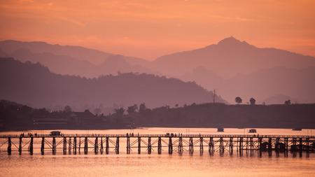 Houten Brug ma tijdens zonsopgang, Sangkhla Buri, Kanchanaburi.