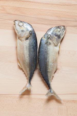 Gekookte bule makreel op houten