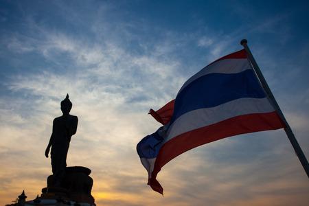 Silhouet van Boeddha beeld en de vlag van Thailand op Phutthamonthon, Nakhon Pathom, Thailand.