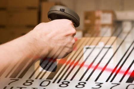 Barcode-Scanner und Etikett mit rotem Laserstrahl. Warehouse-Konzept.
