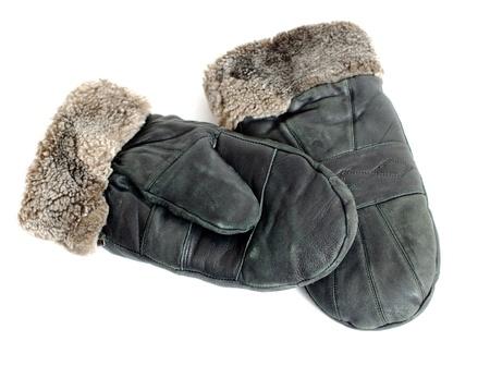 ropa de invierno: mitones de piel de gamuza en el fondo blanco