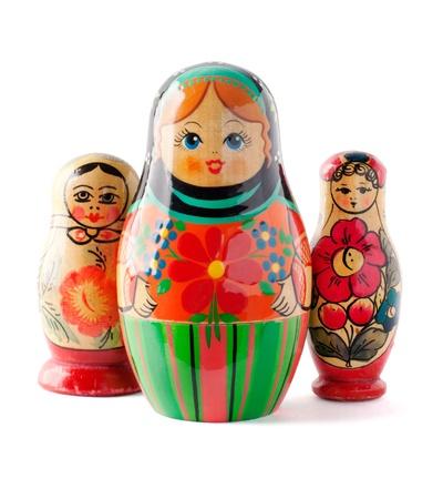 mu�ecas rusas: tres mu�ecas rusas adornadas aisladas sobre fondo blanco, trazado de recorte incluidos