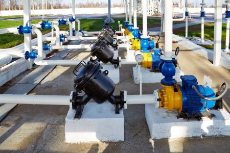 bomba de agua: tuber�as, la bomba y el filtro a un almacenamiento de aceite