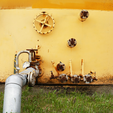 tanque de combustible: old yellow wall of the fuel tank