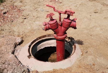 borne fontaine: vieille bouche d'incendie