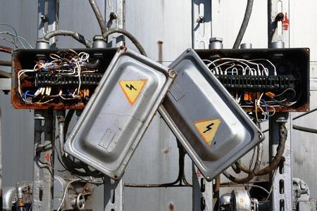 circuitos electricos: caja del transformador el�ctrico oxidado viejo con los alambres de cerca