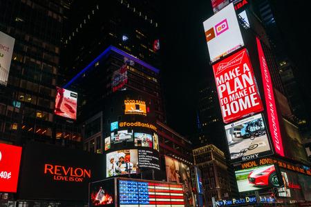 letreros: Nueva York, EE.UU. - 20 septiembre, 2015: Brillante letrero publicitario de neón en Times Square en la noche en Nueva York.