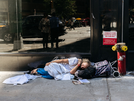 ニューヨーク、アメリカ合衆国 - 2015 年 9 月 20 日: ニューヨークの路上でホームレスの男性眠る。 報道画像