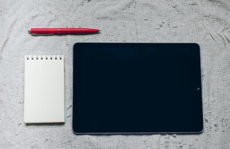 모스크바, 러시아 -6 월 10, 2017 : 애플 iPad, 펜 및 노트북 격자 무늬.