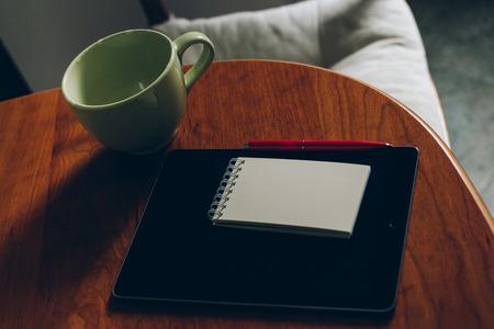 모스크바, 러시아 -6 월 10, 2017 : 애플 iPad, 커피와 나무 책상에 노트북의 컵.