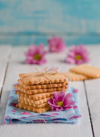 whithe: Galletas de mantequilla hechas en casa en whithe fondo de madera