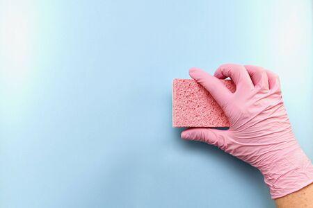 Pink household glove. Holds horizontally. Imagens