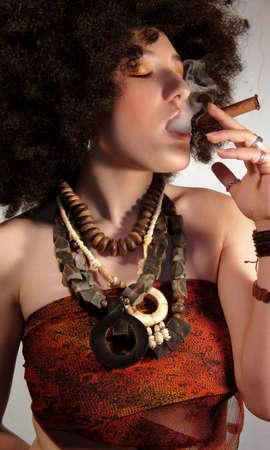 joven fumando: joven posando con cigarros