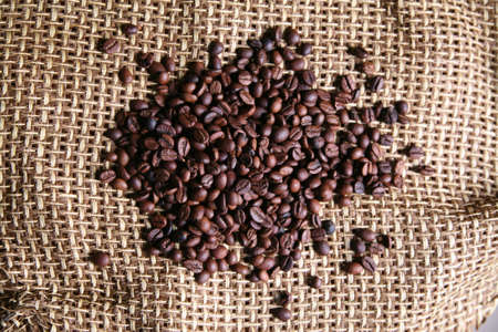 servilleta de papel: Arom�ticos granos de caf� sobre la servilleta