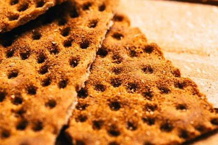 galletas integrales: galletas de trigo sarraceno frescas en un fondo de madera.