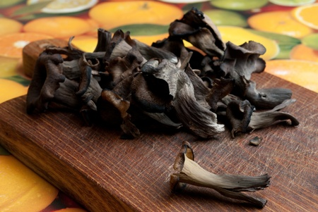 eatable: Craterellus cornucopioides  - black mushrooms eatable