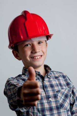 positiveness: ni�o con casco rojo y el signo de OK