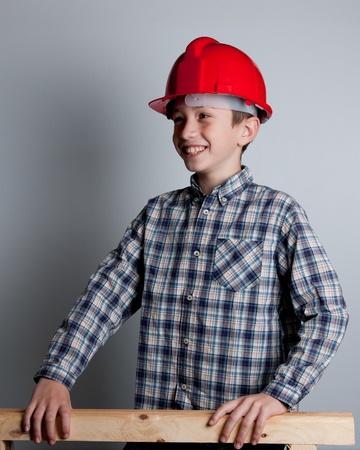 casco rojo: sonriente ni�o con casco rojo