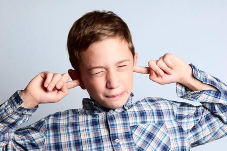 該耳朵摀住孩子 版權商用圖片