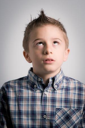 gaze: jongen uitdrukking staren naar boven Stockfoto