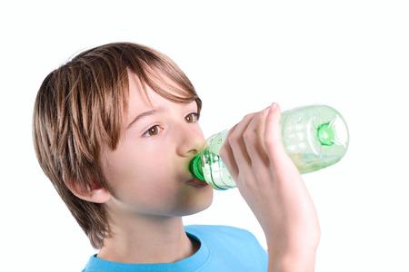 孩子喝水 版權商用圖片