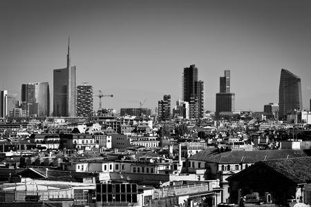 米蘭,倫巴第大區,意大利 -  2014年4月24日米蘭城市天際線的聯合信貸銀行的摩天大樓和金融區的廣場GAE奧蘭蒂,從大教堂屋頂露台查看
