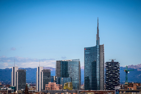 米蘭,意大利2015年3月27日:從大教堂屋頂露台新門加里波第金融區