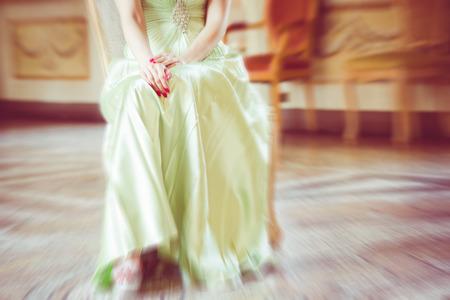 mujer elegante: el encanto de la mujer elegante estilo borrosa foto