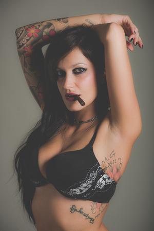 person smoking: Retrato de la mujer sensual tatuada Foto de archivo