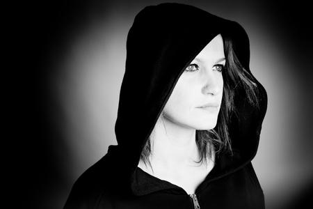 czarownica: piękna czarownica - czarno-białe zdjęcie