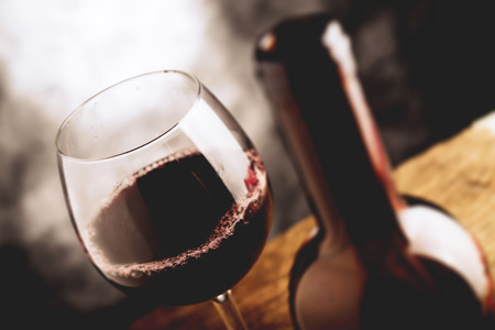 bebiendo vino: buen vino - cambio de inclinación enfoque selectivo efecto de la foto Foto de archivo