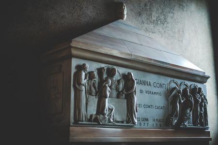 santa cena: MILÁN, ITALIA - DICIEMBRE 10,2015: Iglesia Santa María de la Gracia de Santa María de las Gracias, Milan.In esta catedral es colocar la famosa obra maestra de Da Vinci, una capilla lateral.