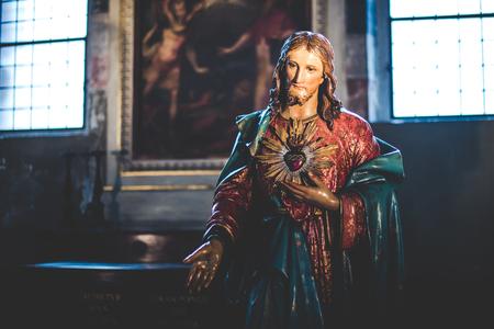 santa cena: MILAN, Italia - diciembre 10,2015: Iglesia Santa María de la Gracia de Santa Maria delle Grazie, Milán. Escultura en una capilla lateral. Editorial