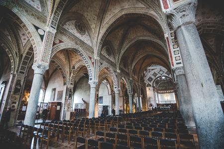 santa cena: MILAN, Italia - diciembre 10,2015: Iglesia Santa Mar�a de la Gracia de Santa Maria delle Grazie, Milan.In esta catedral es colocar la famosa obra maestra de Da Vinci, La �ltima Cena de Jes�s. La nave central.