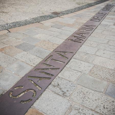 santa cena: MILAN, Italia - diciembre 10,2015: Iglesia Santa Mar�a de la Gracia de Santa Maria delle Grazie, Mil�n. El nombre escrito en el suelo cuadrado.