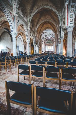 santa cena: MILAN, Italia - diciembre 10,2015: Iglesia Santa María de la Gracia de Santa Maria delle Grazie, Milan.In esta catedral es colocar la famosa obra maestra de Da Vinci, La Última Cena de Jesús. La nave central.