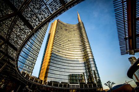 米蘭 - 二月04,2016:米蘭加里波第門區。意大利聯合信貸銀行銀行的摩天大樓和廣場蓋·奧倫蒂。 新聞圖片