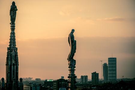 鑑於米蘭城的大教堂從屋頂露台黃昏