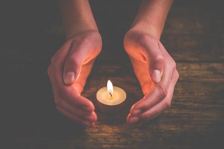 保護蠟燭的火焰手