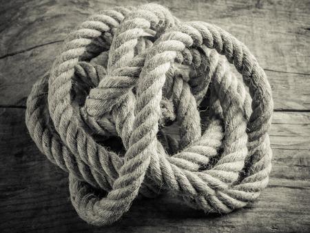 麻繩纏黑白照片 - 複雜的概念