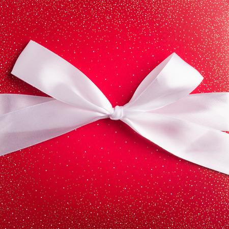 與白絲帶的紅色禮品盒 版權商用圖片
