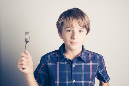 小男孩用叉子準備吃 - 過濾復古風格
