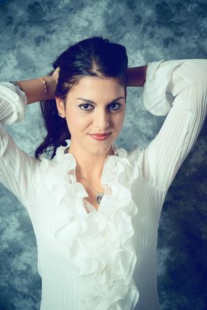 地中海長長的棕色頭髮的年輕女子 - 面部表情 - 過濾的複古風格 版權商用圖片