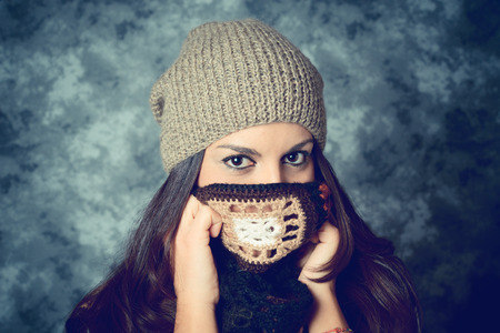 害羞的地中海年輕女子長長的棕色頭髮 - 面部表情 - 過濾的複古風格 版權商用圖片