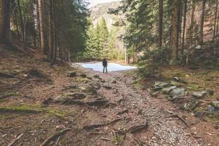 徒步旅行者站立和考慮一個美麗的陽光芒 - 旅遊概念與運動的人在野外自然遊覽 - 戶外活動意大利阿爾卑斯山意大利