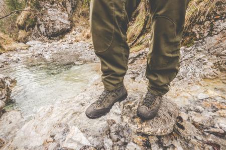 探索小溪 - 戶外活動意大利阿爾卑斯山 - 復古過濾器