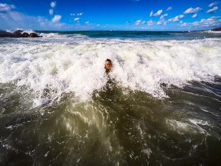 少年在海浪中玩樂 - 夏季 - 西西里島地中海 版權商用圖片